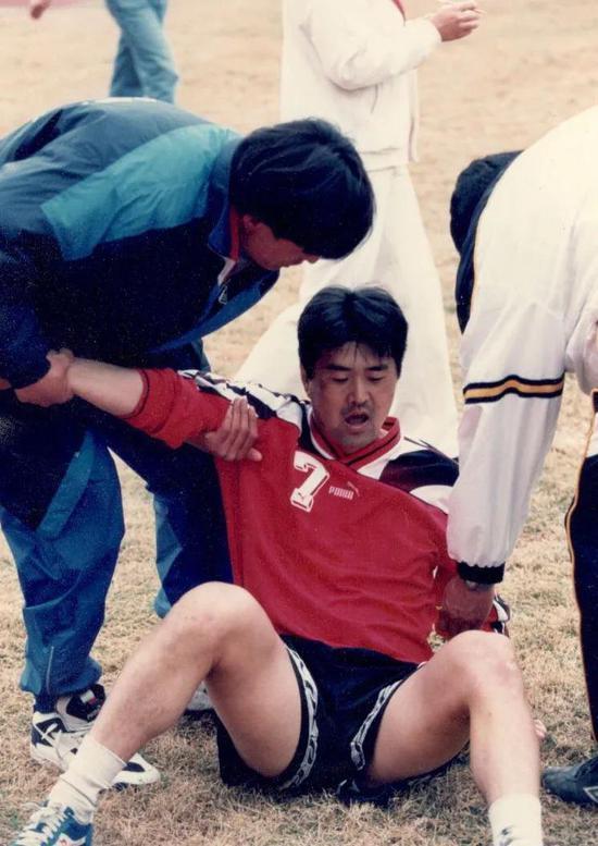 大连队的徐晖在12分钟跑测试后累倒在地