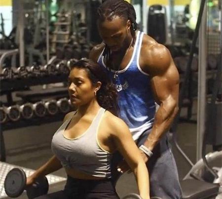 备受赞誉的肌肉男的另一半 在健身中同样出类拔萃一本道美丽小护士