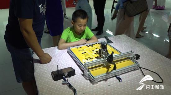 围棋机器人。与幼朋侪对弈