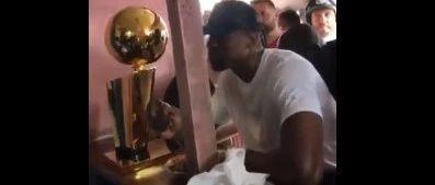 他拿着冠军奖杯回15年前乞讨的餐厅吃了顿大餐