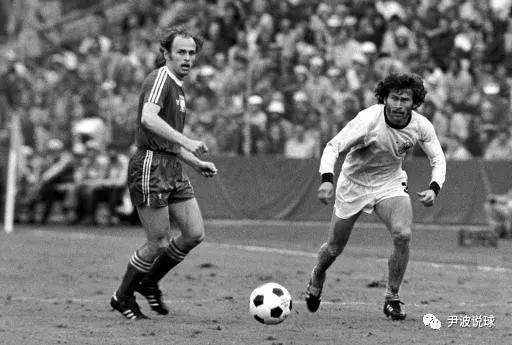 (1974世界杯上,波兰的拉托(左)与西德的布莱特纳在比赛中。)