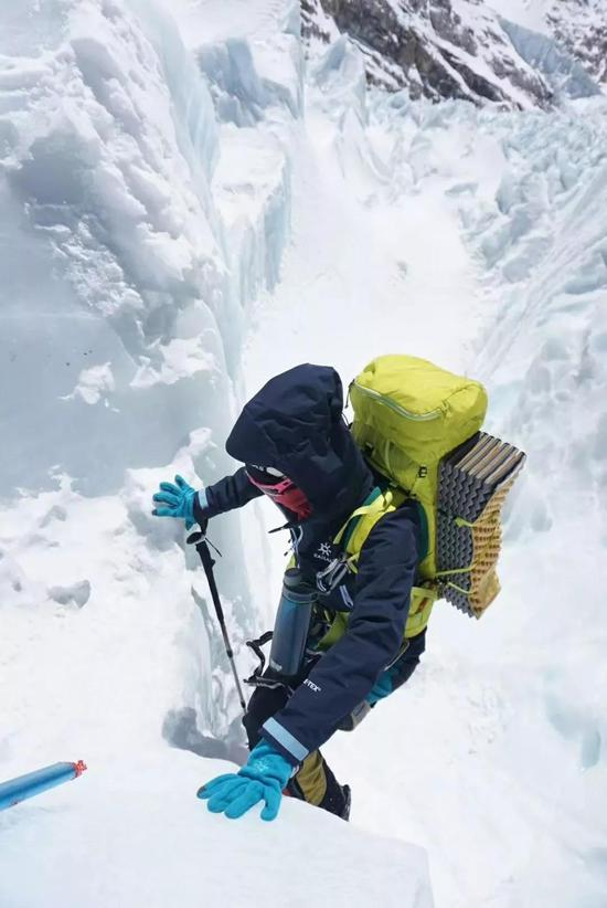 凯乐石行动员。罗静攀登冰塔林。