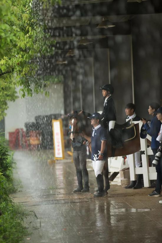 少年骑士冒雨前行!新浪杯未来之星马术大赛无锡站圆满落幕