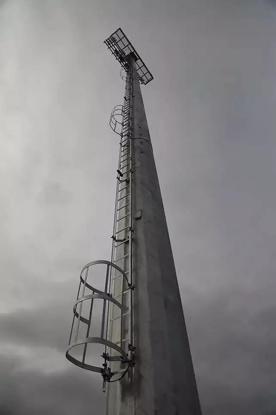 跑道照灯:为保证照度,赛场安装48根40米高巨型钢结构灯塔