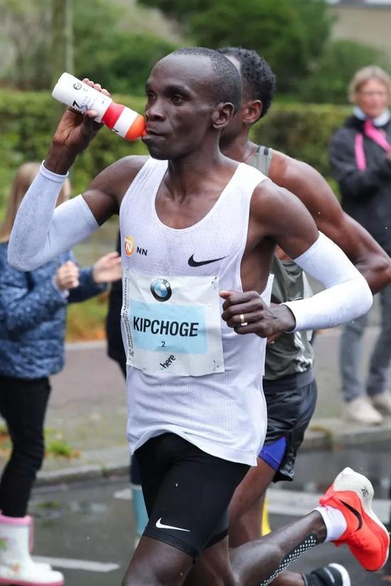 揭秘马拉松高手赛时饮料!即补水又补充大量能量