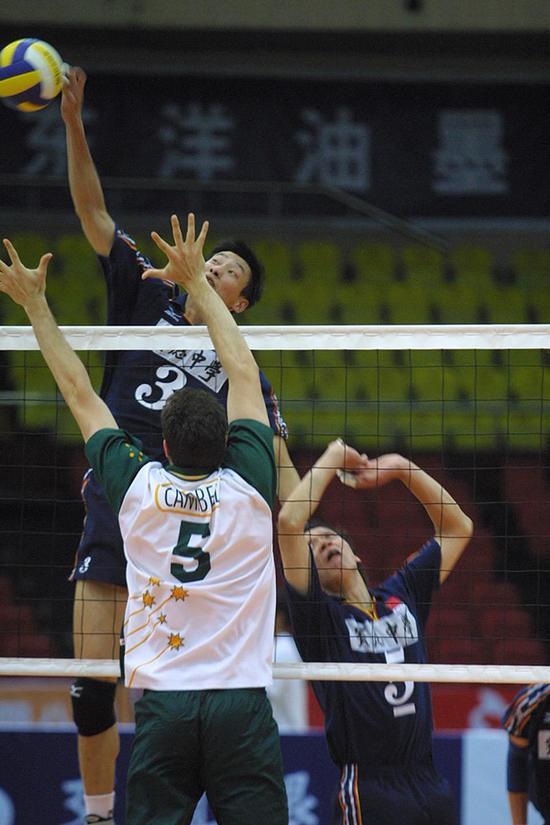 2003年男排亞錦賽,中國隊鄭亮在比賽中。視覺中國 資料