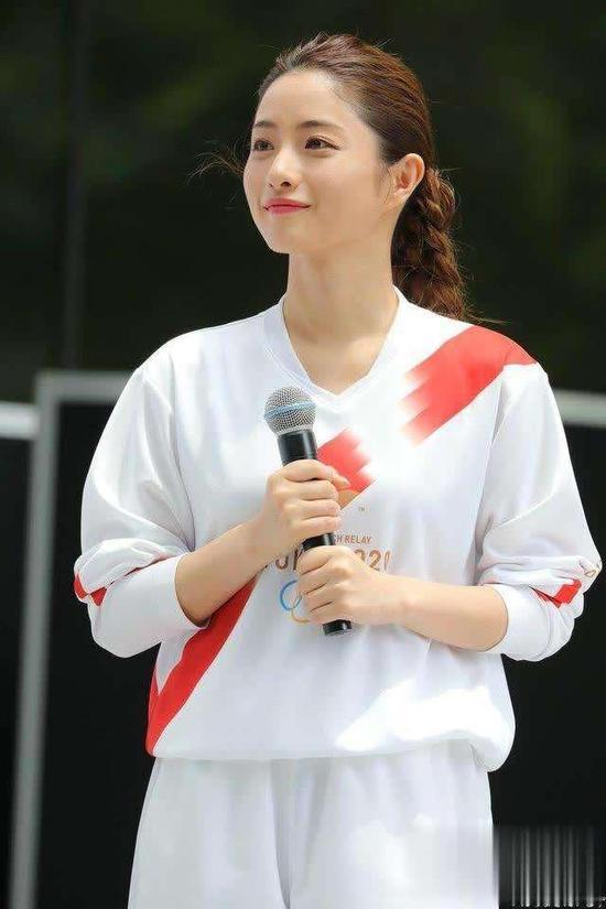 图说:日本演员石原里美穿着奥运圣火接力手的制服。
