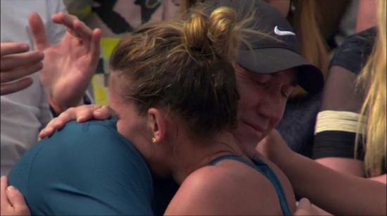 哈勒普夺冠后与教练卡希尔拥抱