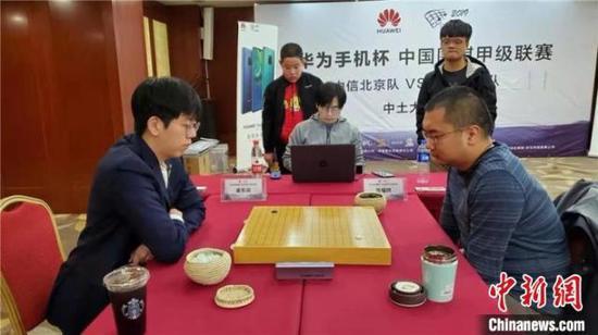 图为陈耀烨(右)VS姜东润(左)。拉萨棋院供图