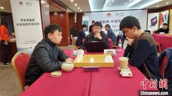 图为蔡竞(左)VS陈浩(右)。拉萨棋院供图