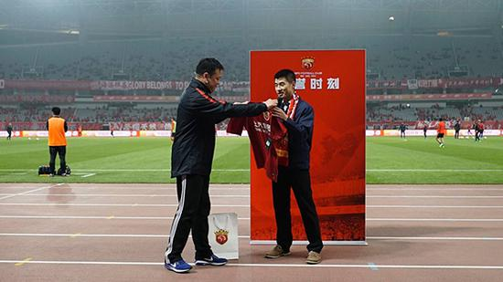 上港球迷韩宝爽的荣誉时刻。