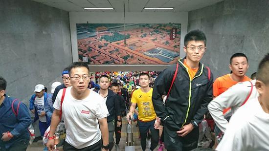 跑者纷纷走出地铁站