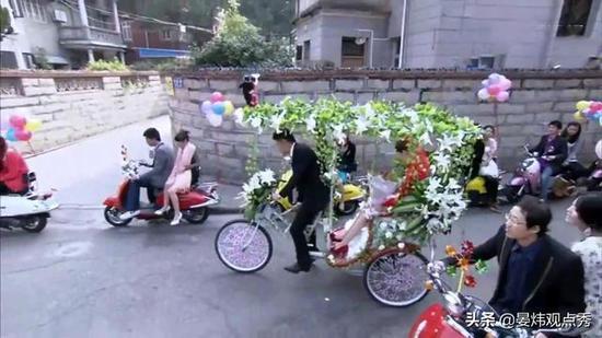 比如,黑龙江一对夫妻结婚不放鞭炮,用车压千只气球代替;