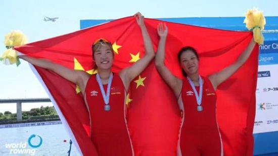 中国女子双人单桨组合在比赛后