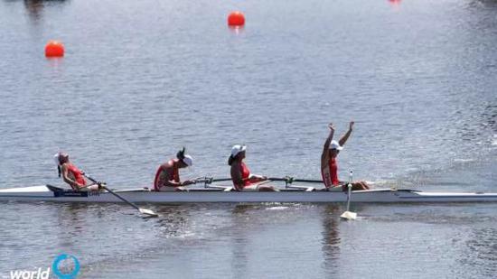 女子四人单桨项目中国队夺冠后庆祝胜利