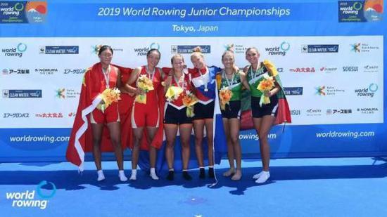 中国女子双人双桨组合在领奖台上