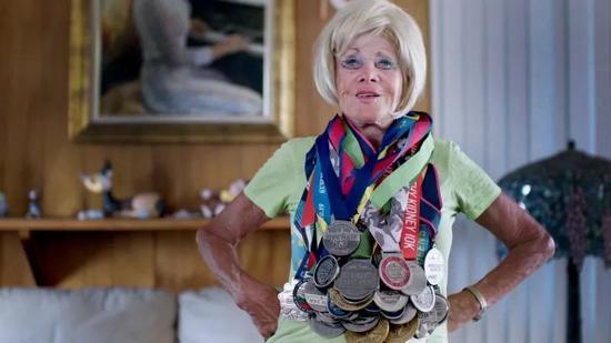 86岁老太太完赛全马:对待生命的态度决定人生