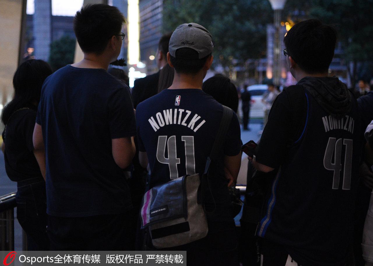身着诺维茨基球衣的球迷。