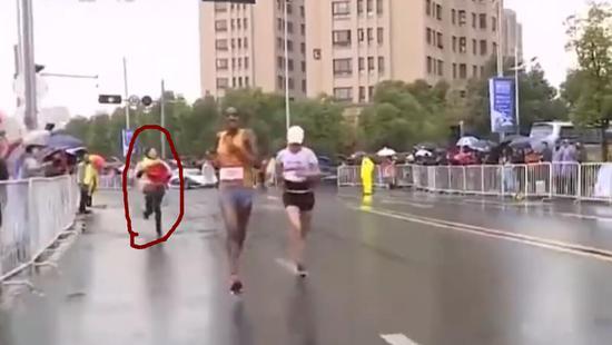 第别名自愿者冲上往为何引丽递国旗,但无奈速度没跟上。