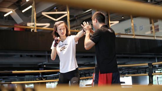 奥运冠军尝试新玩法 邹市明带徐莉佳体验拳击