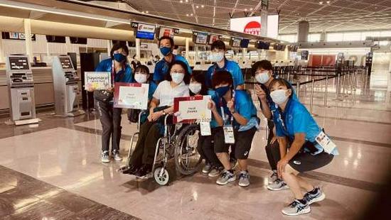 东京残奥会中国代表团第一批人员载誉回国