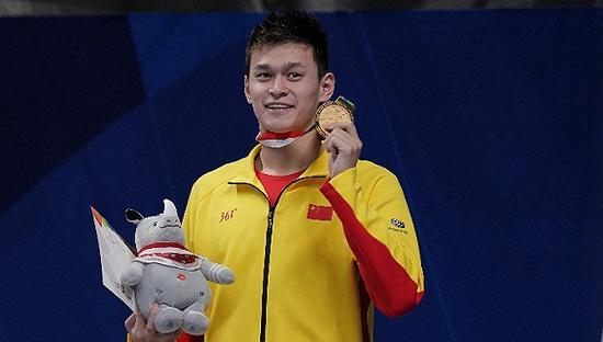 孙杨未按规定穿着中国代表团统一领奖服。图片来源:视觉中国