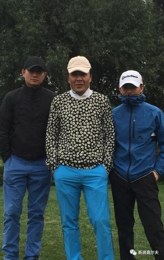 王宝强(右)与文章(左)、乒乓球?#28572;?#20896;军王楠的老公郭斌同组打球