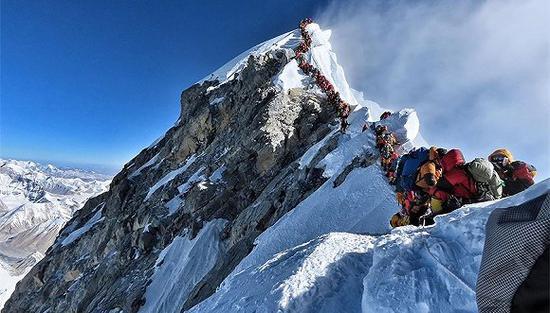 尼泊尔人Nirmal Purja拍摄的希拉里台阶堵车照。(图片来源:视觉中国)