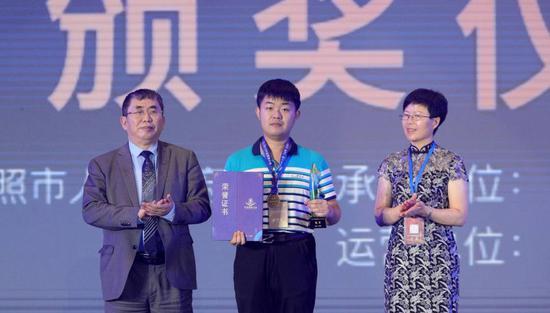 中国围棋协会副主席聂卫平、日照市副市长林彦芹为正赛冠军马天放颁奖