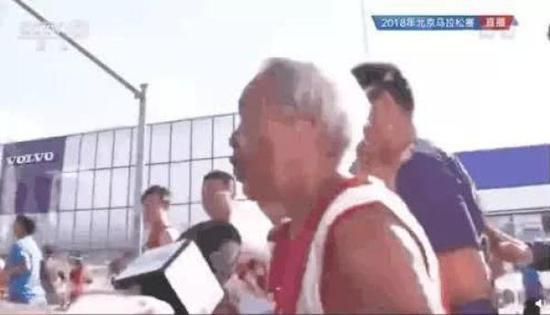 北马期间,央视采访比赛中的高龄跑者引来一些人质疑。