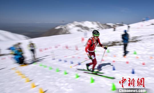 青海岗什卡世界滑雪登山大师赛 藏族选手表现不俗