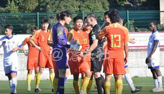 最后时刻裁判判罚点球引起国青球员不满