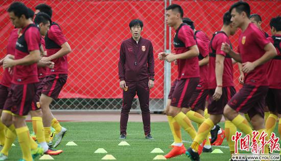 2016年9月5日,中國隊主教練高洪波帶領隊員訓練。