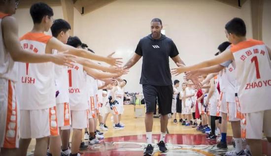 麦迪主导美式篮球课程 助力青少儿体育教育健康发展
