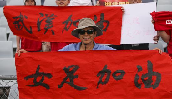 2月10日,中国女足球迷在场边加油助威。新华社记者 白雪飞 摄