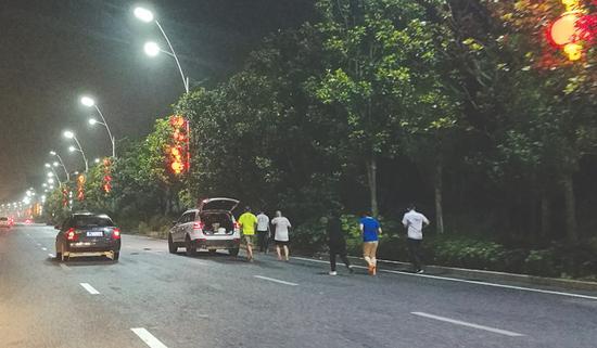 修车师傅打光脚 一口气跑完100公里超级马拉松
