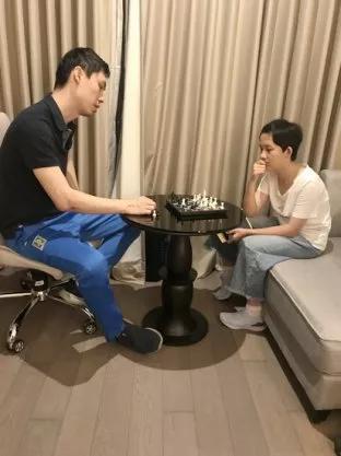 温阳在指导参赛棋手