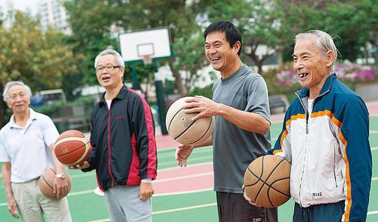 打了70年篮球,三分勾手逆天,为香港阿伯点赞