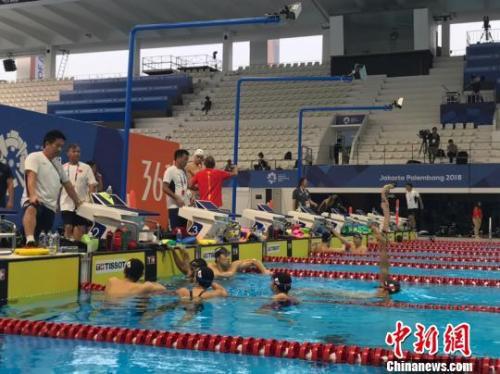 中国游泳队孙杨准备下水训练,日本游泳队选手濑户大野等人正在水中训练。