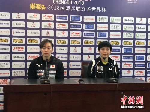 日本选手石川佳纯(左)和中国台北选手郑怡静(右)。中新网记者 王禹 摄