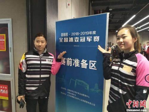 哈尔滨四队队员姜懿伦(左)和姜馨迪(右)。邢蕊 摄