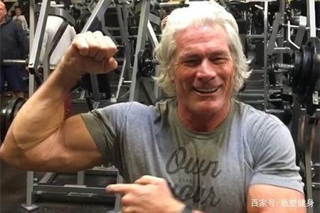 近60岁一头白发,却毫未?#23578;?#20581;身锻炼,肌肉彪悍让年轻人望尘莫及