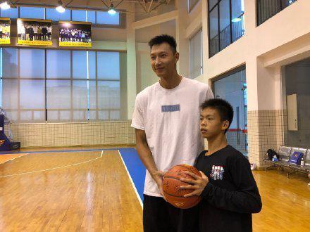 独臂篮球少年父亲:他走红后压力很大 不适应