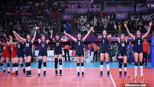 中国女排时隔八年再次夺亚运金牌。中新社记者 李霈韵 摄