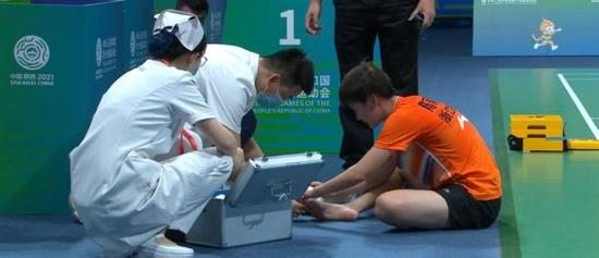 陈雨菲被运动鞋割伤:钢丝一样的东西把脚划开了