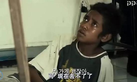 元光从机场赶到派出所,那群小孩站在门口,流着泪希望他不要走。