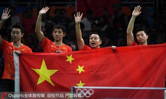 中国乒乓球男队在2016年里约奥运会上夺冠后向观众致意。