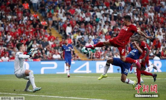资料图:利物浦前锋菲尔米诺在比赛中射门。