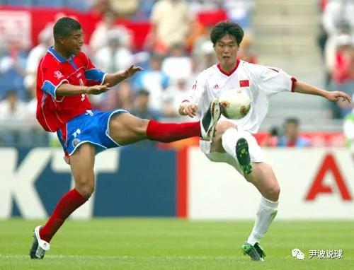 """(2002年世界杯,中国0-2哥斯达黎加,李宵鹏与戈麦兹""""二龙戏珠"""")"""