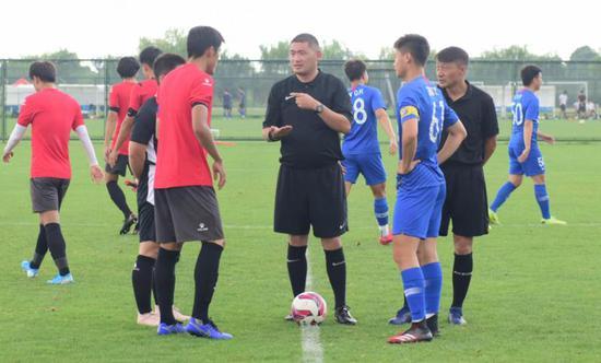 在申花预备队和苏州东吴队的热身赛中,刘奕担任当执主裁判。